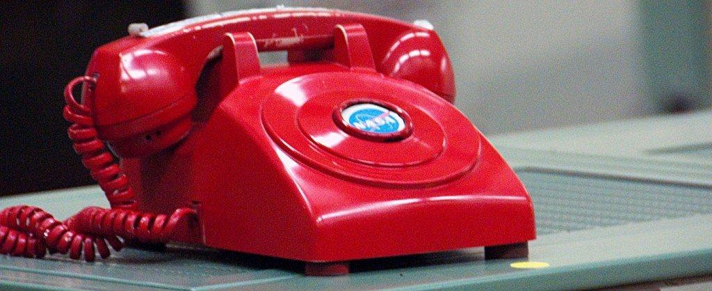 Teléfono rojo en la NASA, por EricKilby, en Flickr (5601758699), con licencia CC by-sa