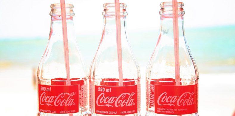 Botellas de Coca-Cola, por Marina Aguiar, en Flickr (8293710191), con licencia CC by